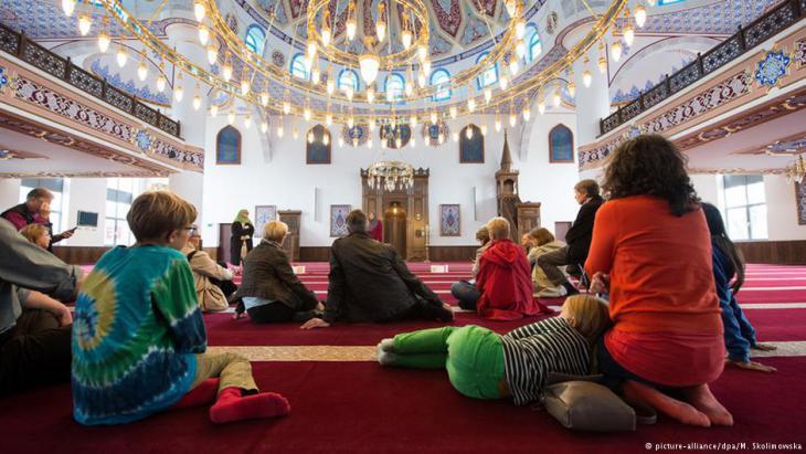 Germany′s ″Open Mosque Day″ in the prayer hall of Duisburg′s Merkez Mosque (photo: Monika Skolimowska/dpa)