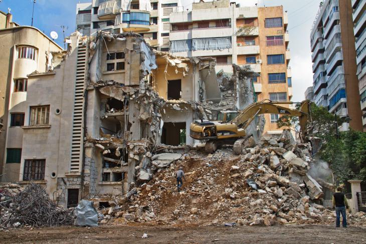 Bulldozing an old house in Beirut's Karakol El Druz district (photo: Changiz Varzi)