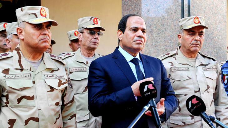 Egypt′s president al-Sisi with members of the Egyptian military (photo: picture-alliance/dpa)