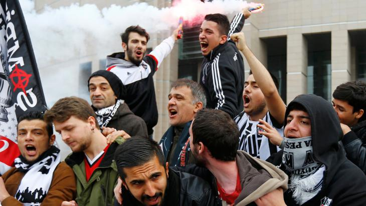 Besiktas fans protest in front of an Istanbul court on 16 December 2014 (photo: Reuters)