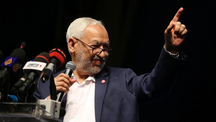 Leader of the Ennahda party, Rachid Ghannouchi, speaks to his supporters during electoral campaign rally in Tunis on 24 October 2014 (photo: picture-alliance/dpa)