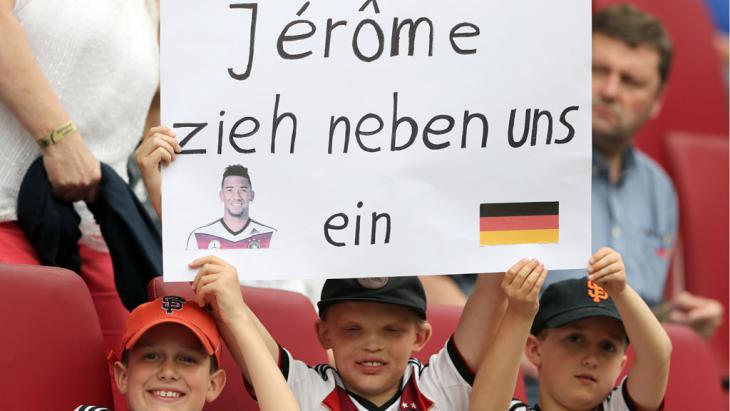 A poster demonstrating solidarity with Boateng during the friendly between Germany and Slovakia (photo: picture-alliance/dpa/C. Charisius)