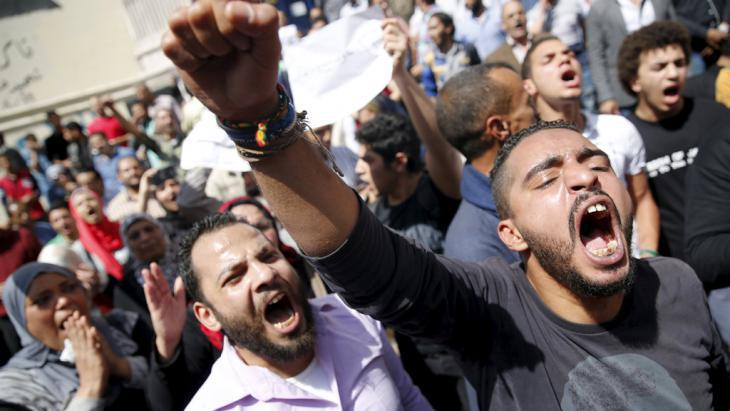 Protesting the ceding of two islands to Saudi Arabia in front of the Journalists′ Union building in Cairo (photo: Reuters/A. Dalsh)