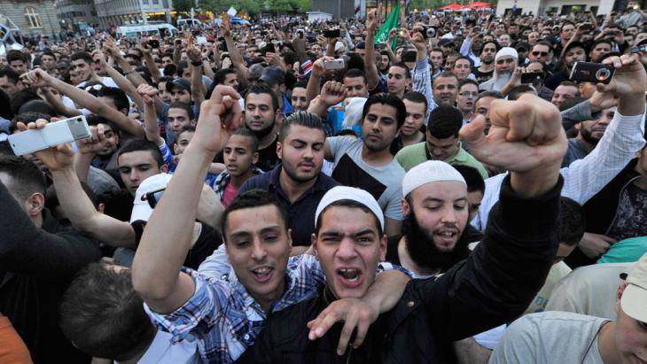 Supporters of the Salafist preacher Pierre Vogel in downtown Frankfurt am Main (photo: Boris Roessler/dpa)