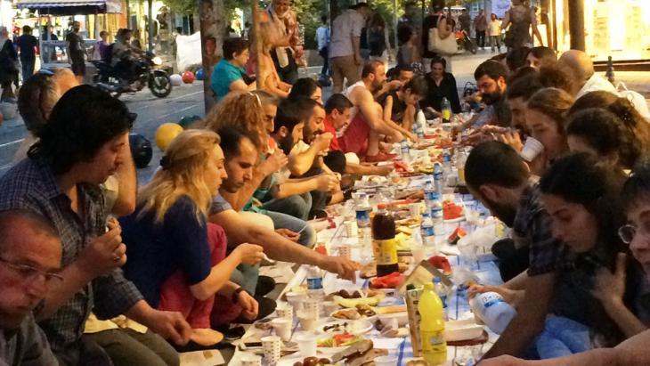 Young people breaking their fast during Ramadan in Istanbul (photo: Kursat Akyol)