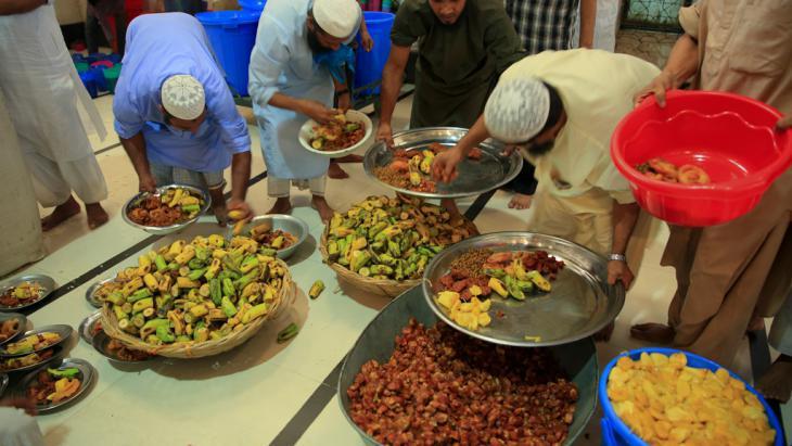 Muslims at iftar in Bangladesh (photo: DW/Mustafiz Mamun)