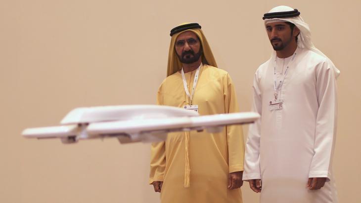 """Kronprinz Hamdan bin Mohammed bin Raschid al Maktum gemeinsam mit seinem Vater Scheich Mohammed bin Raschid al Maktoum (l.), dem Premier der Vereinigten Arabischen Emiraten und Herrschers von Dubai zu Besuch auf der Ausstellung """"Virtual Future"""" in Dubai am 9. February 2014; Foto: Reuters"""
