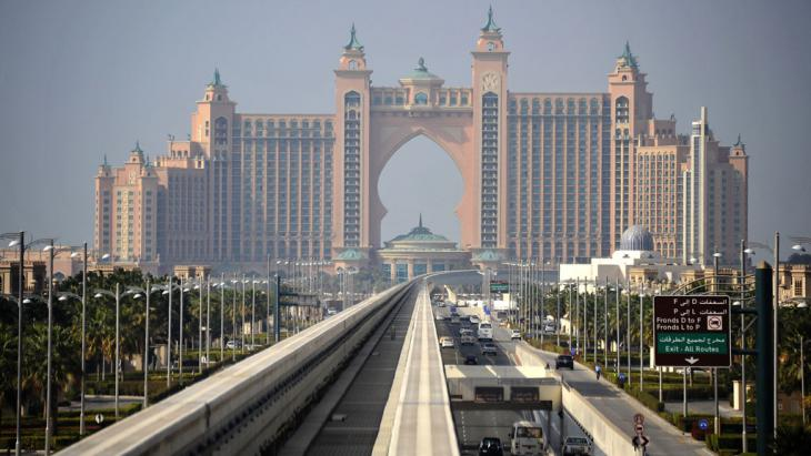 View of Dubai′s aerial monorail which traces the line of The Palm′s trunk (photo: picture alliance/zb)
