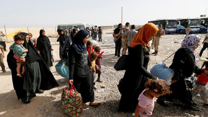 Iraqi civilians attempting to leave Fallujah (photo: Reuters/Th. Al-Sudani)
