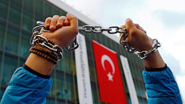 Demonstration against the repression of freedom of speech in Turkey (photo: picture-alliance/dpa/S. Suna)