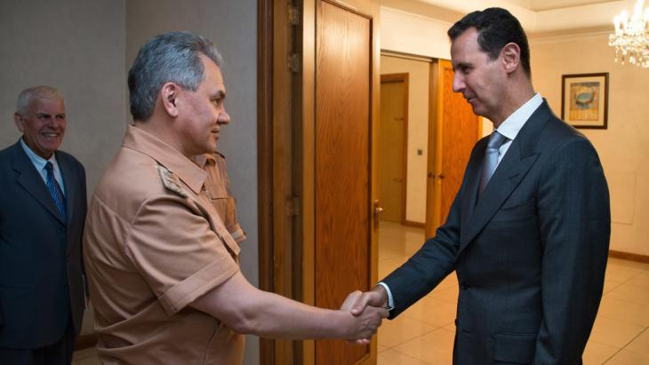 Russian Defence Minister Shoigu and Assad (photo: picture-alliance/dpa)