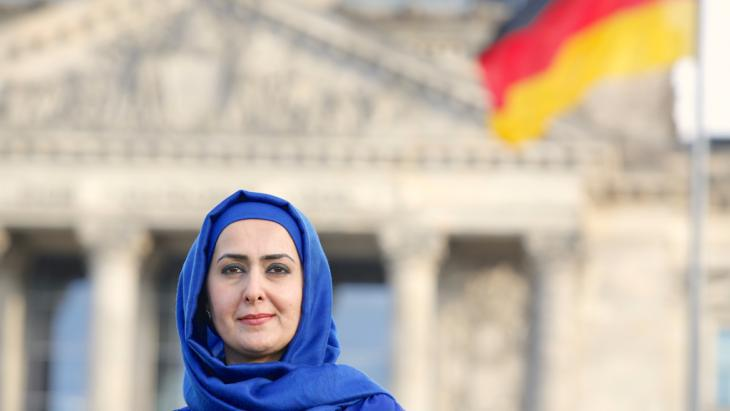 Muslim teacher Fereshta Ludin in Berlin′s governmental district (photo: picture-alliance/dpa/D. Gerlach)