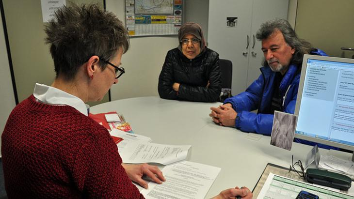 Hooria Mashhour accompanies a refugee to a job centre appointment in Schleswig-Holstein (photo: NDR)