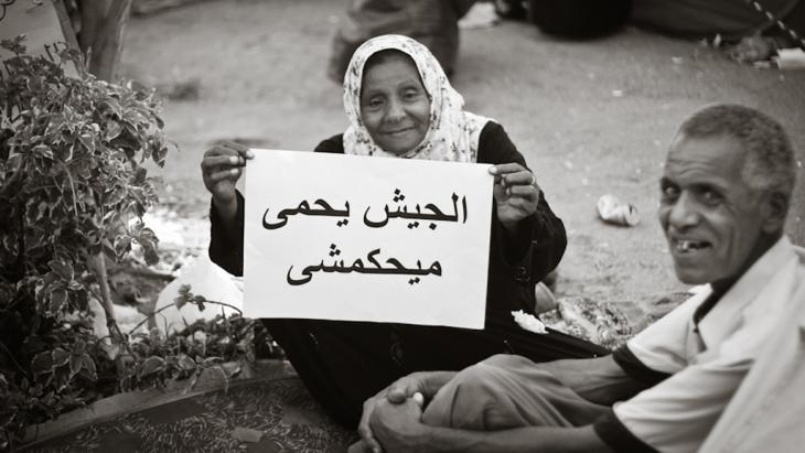 Elderly couple in Cairo protesting with a banner against the power of the military on 15 July 2011, Tahrir Square (photo: Mosa′ab Elshamy)