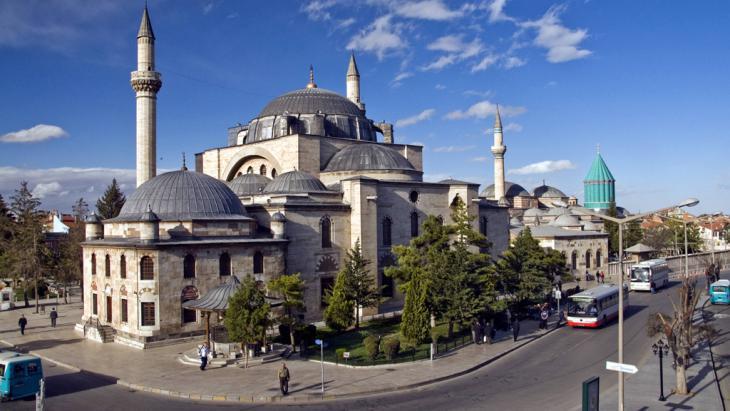 Mevlana Jalaluddin Rumi′s mausoleum and the Haci Bektas mosque in Konya (photo: picture-alliance/blickwinkel/imagesandstories)