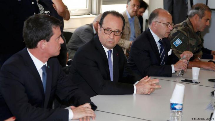 Frankreichs Präsident Francois Hollande (M.) und Premierminister Manuel Valls (l.) in Nizza. Foto: Reuters