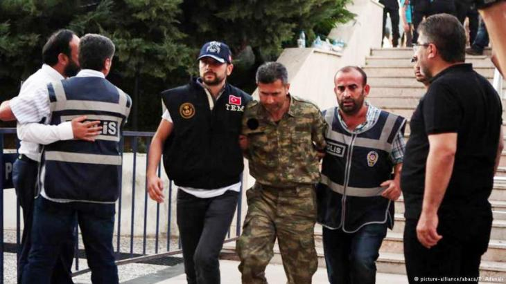 A rebel soldier is brought to court in Mugla province (photo: picture-alliance)