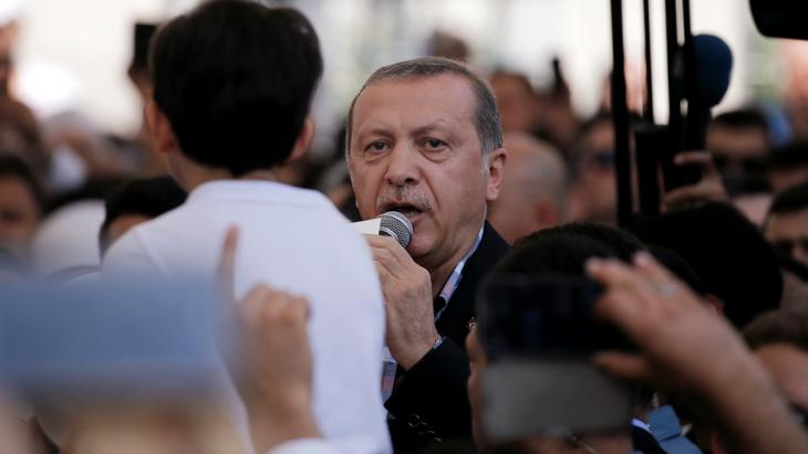 Recep Tayyip Erdogan attending a funeral for the victims of the coup (photo: Reuters/A.Konstantinidis)
