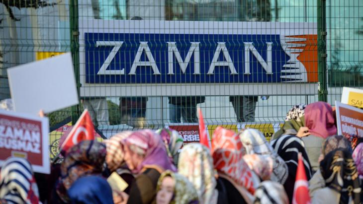"Proteste vor dem ""Zaman""-Verlagsgebäude in Istanbul; Foto: picture-alliance/abaca/Depo Photos"