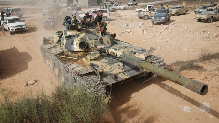 Panzer der regierungstreuen Milizen rücken auf Sirte vor; Foto: Reuters/G. Tomasevic