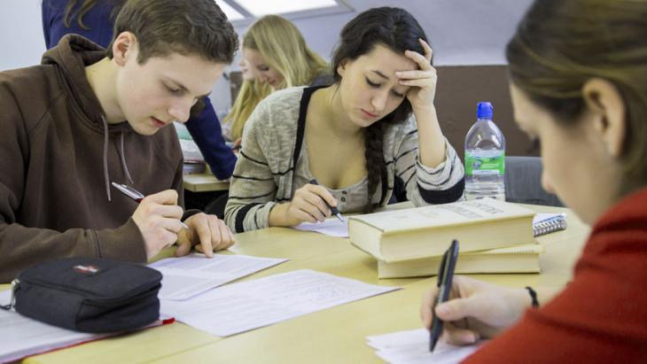 Senior school students in a German class (photo: Imago/Jochen Tack)