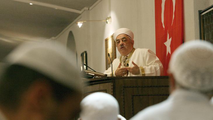 A DITIB imam in a Cologne mosque (photo: picture-alliance/dpa/O. Berg)