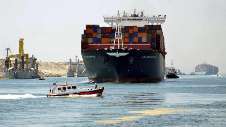 Container ship passing through the New Suez Canal near Ismailia, east of Cairo (photo: picture-alliance/dpa/A. Shaker)
