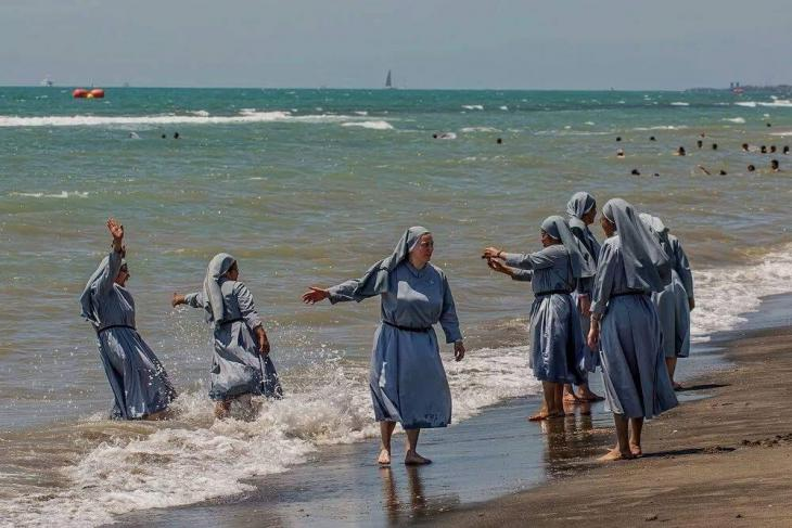 Nuns on an Italian beach (photo: Izzedin Elzir)