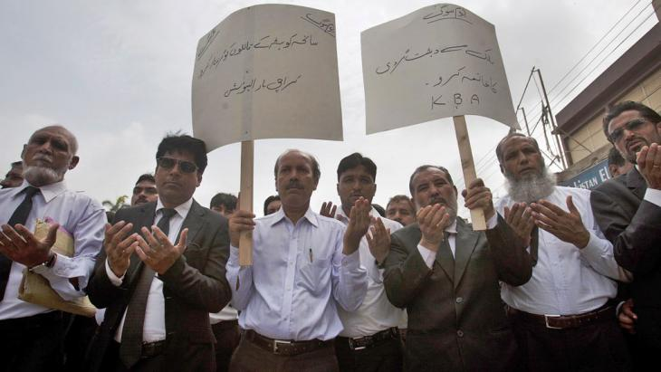 """""""Terminate terrorism!"""" """"Arrest the culprits!"""" Lawyers pray during a demonstration following the Quetta hospital bombing on 8 August 2016 (photo: picture-alliance/AP Photo/S. Adil)"""