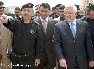 Mahmoud Abbas and Mohammed Dahlan on 7 April 2007 in the Gaza Strip (photo: picture-alliance/dpa)