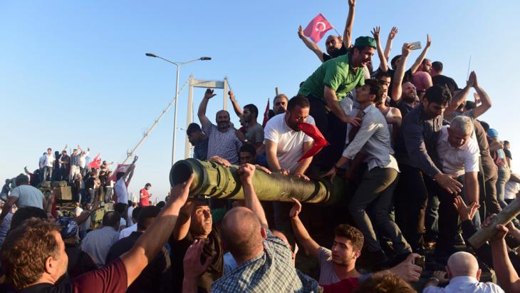 Turkish civilians storm a tank in Istanbul following the failed military coup (photo: Reuters/Y. Karahan)