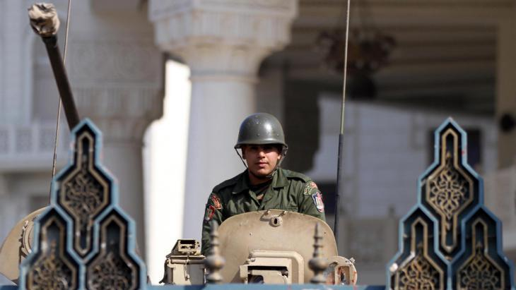 Egyptian soldier in an armoured car in front of the presidential palace in Cairo (photo: picture-alliance/dpa/A. Khaled)