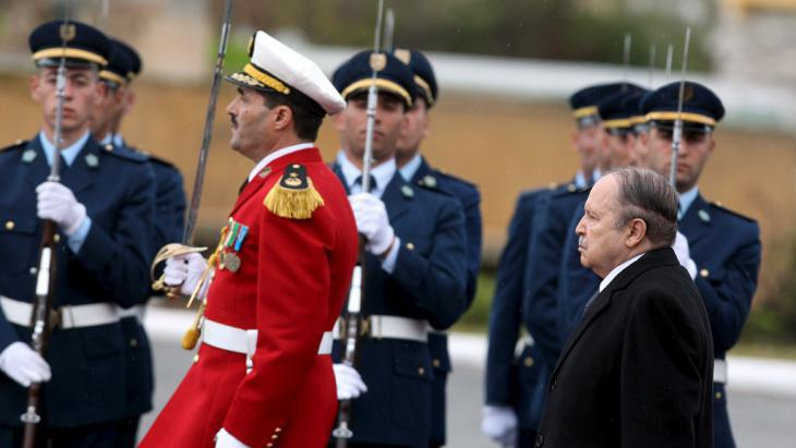 Algeria′s President Bouteflika during a military parade (photo: picture-alliance/dpa)