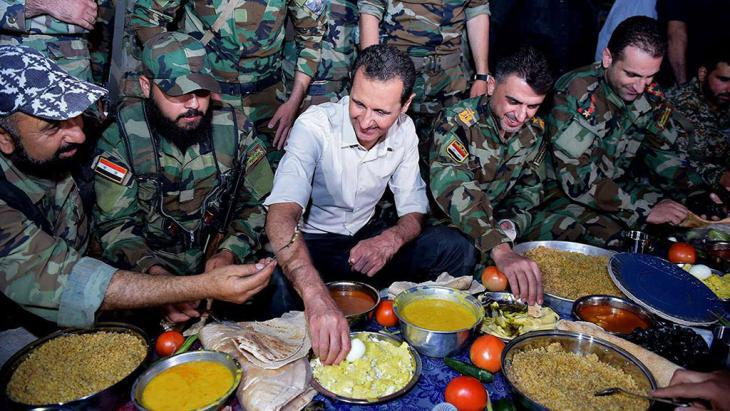 Syria′s president Bashar Assad visiting the troops in the Damascus suburb of Marj al-Sultan (photo: picture-alliance/AP/SANA)