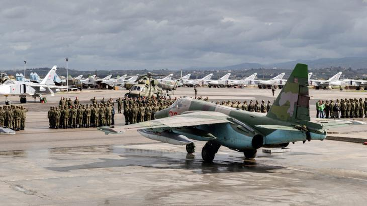 Russian fighter jets at a Syrian airbase near Latakia (photo: picture-alliance/dpa/Russian Defence Ministry)