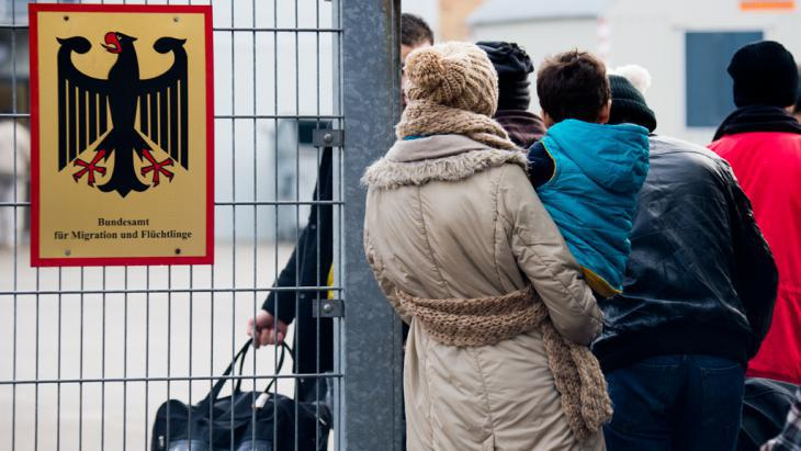 Syrian refugees waiting outside Germany′s Federal Office for Migration and Refugees (photo: picture-alliance/dpa/J. Stratenschulte)