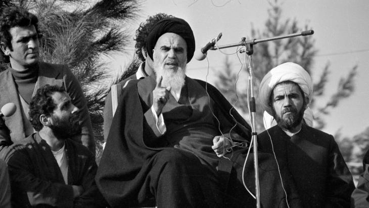 Ayatollah Khomeini following his return from exile to Tehran (photo: picture-alliance/AP/FY)
