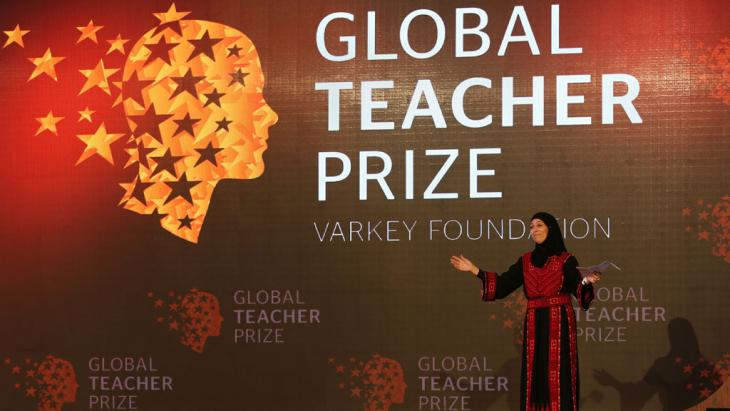 Palestinian primary school teacher Hanan al-Hroub speaks after she won the second annual Global Teacher Prize, in Dubai, United Arab Emirates, 13 March 2016 (photo: picture-alliance/AP Photo/K. Jebreili)