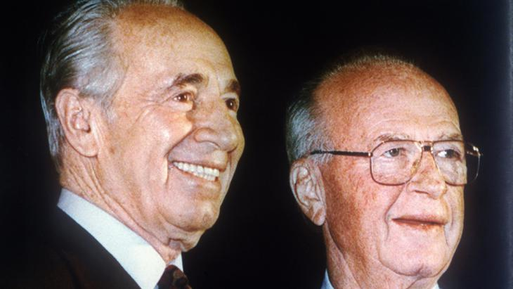 Peres (left) and Yitzhak Rabin, shortly before Rabin was assassinated in 1995 (photo: picture-alliance/dpa)