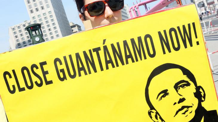 Protesting against Guantanamo in Berlin (photo: picture-alliance/dpa/S. Pilick)