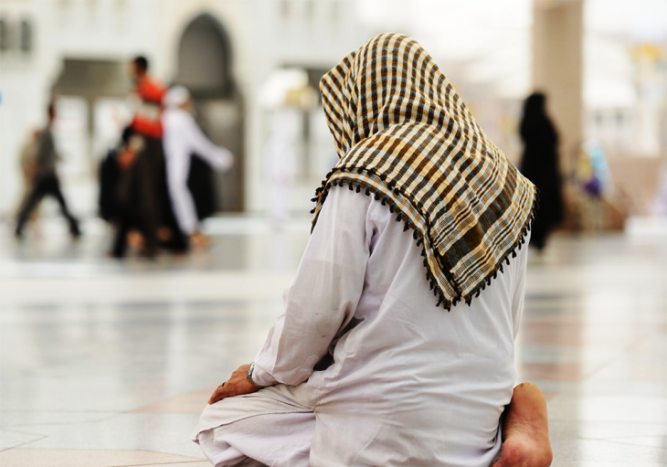 Muslim man praying alone (photo: photo.elsoar.com)