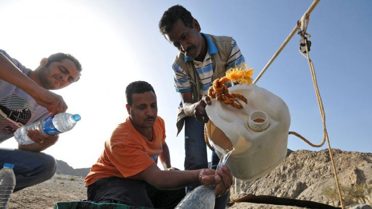 Egyptians gathering water from a well in Wadi Lahmi (photo: picture-alliance/dpa/M. Todt)