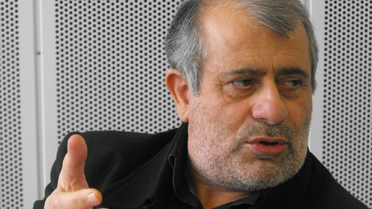 A thorn in the side of the Shia clerics: with his lectures having become the focus of violent attacks following publication of an article criticising the clerics, Soroush left Iran in 1996 on an extended lecture tour. The philosopher has lived in exile since 2000 and these days teaches at various universities in Europe and USA. He has continued to develop his theories, refusing to get bogged down with new interpretations of Sharia, while questioning central tenets of the Muslim faith. His most radical proposition focuses on the Koran, which he has declared not to be a divine revelation, taken down word for word by Muhammad, but rather a text devised by Muhammad under divine inspiration. Like the Bible, the Koran is of human issue and like all human creations is subject to error