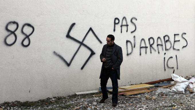 Racist slogans in front of the Great Mosque in Saint Etienne, near Lyon (photo: picture-alliance/abca)