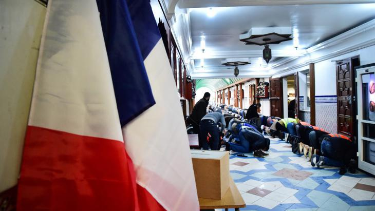Muslims praying in a mosque in Lille (photo: picture-alliance/dpa/S. Mortagne)