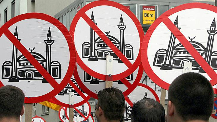 Right-wing populists demonstrate against the construction of a mosque in Cologne, Germany (photo: picture-alliance/dpa/O. Berg
