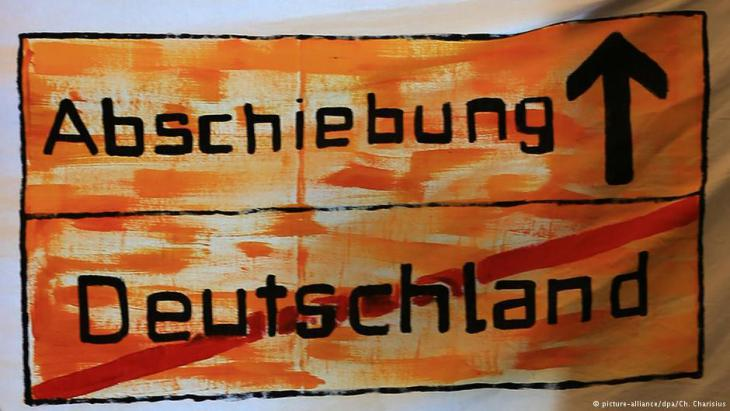 ″Deportation this way″: protest banner made by refugees in Hamburg (photo: picture-alliance/dpa)