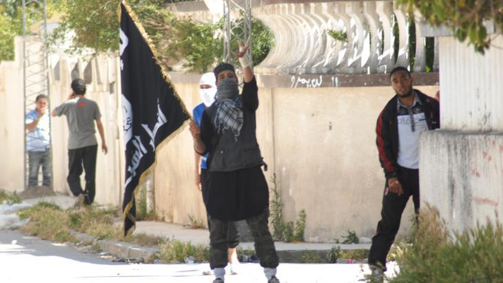 Salafist youths in Ettadhamen, Tunis (photo: picture-alliance/ZUMA Press)