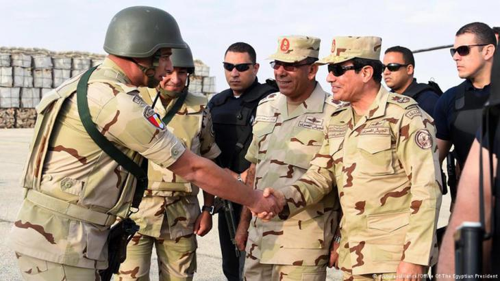 Egypt′s president Abdul Fattah al-Sisi visiting army divisions in the Sinai (photo: picture-alliance)