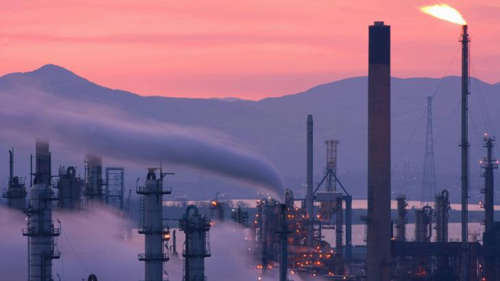 Oil refinery at dusk (photo: picture-alliance/blickwinkel/P. Cairns)